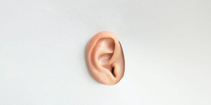 Wie man überschüssiges Ohrenschmalz sanft entfernen kann